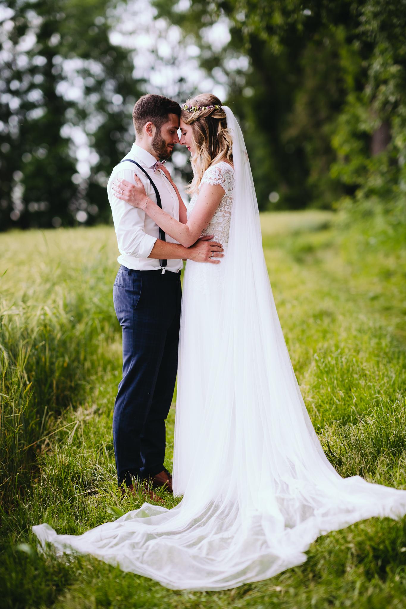 Brautpaar eng umschlungen