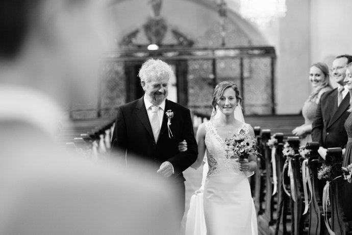 Vater führt Braut zum Altar - WEIL I DI MOOG Hochzeitsfotografie Oberösterreich