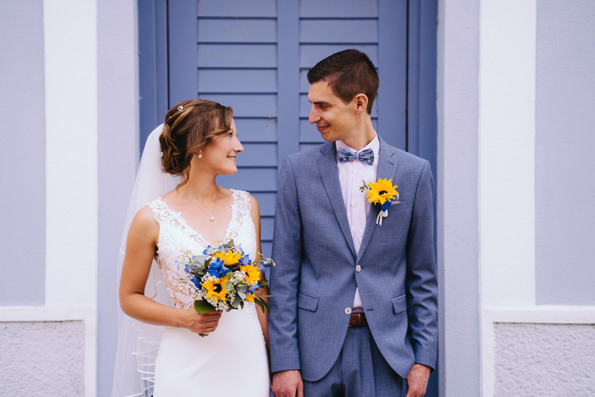 Brautpaarshooting vor blauer Tür