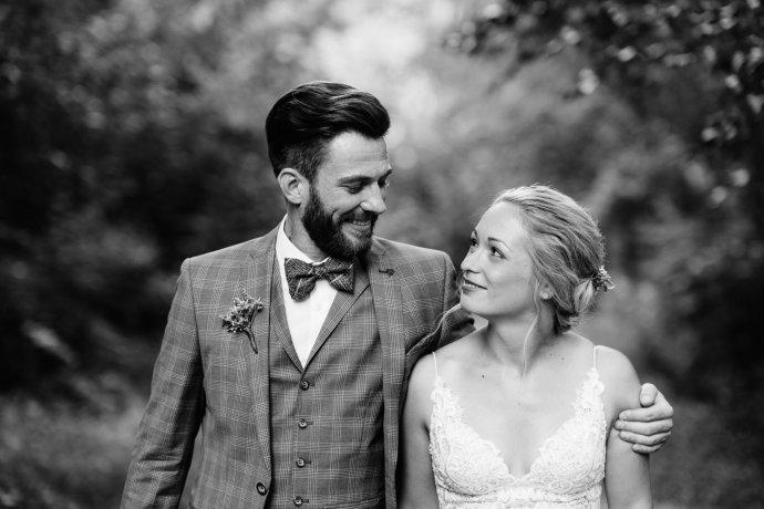 Brautpaar sieht sich an