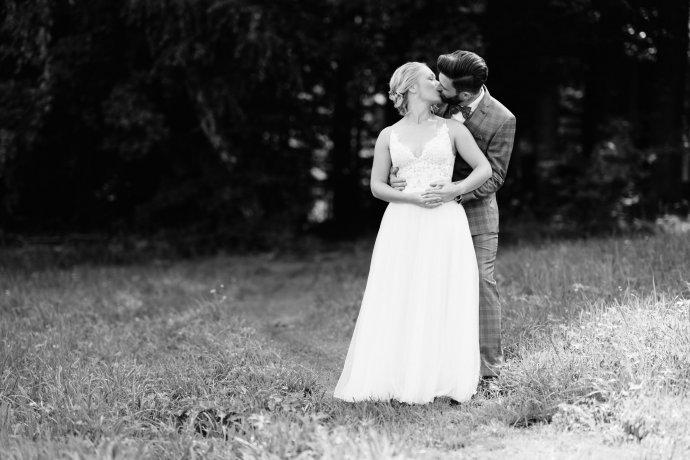 Brautpaar küsst sich schwarzweiß