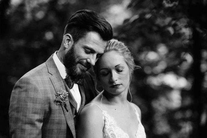 Emotionales Brautpaar in schwarzweiß