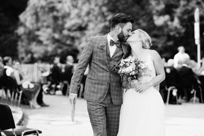 Brautpaar beim Auszug schwarzweiß