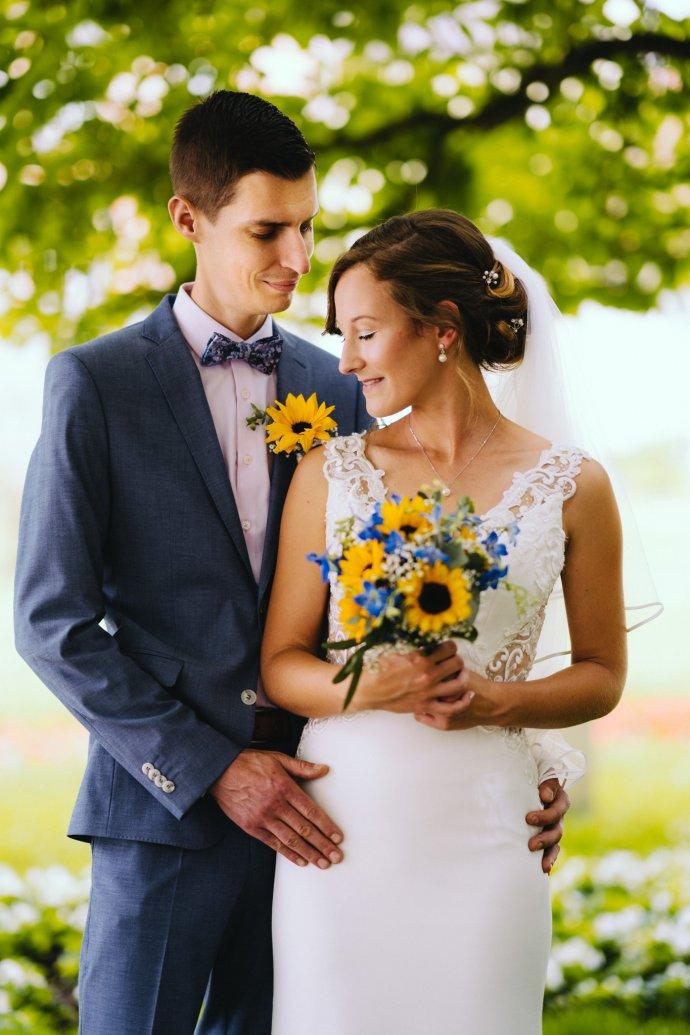 Braut mit Sonnenblumen Brautstrauß