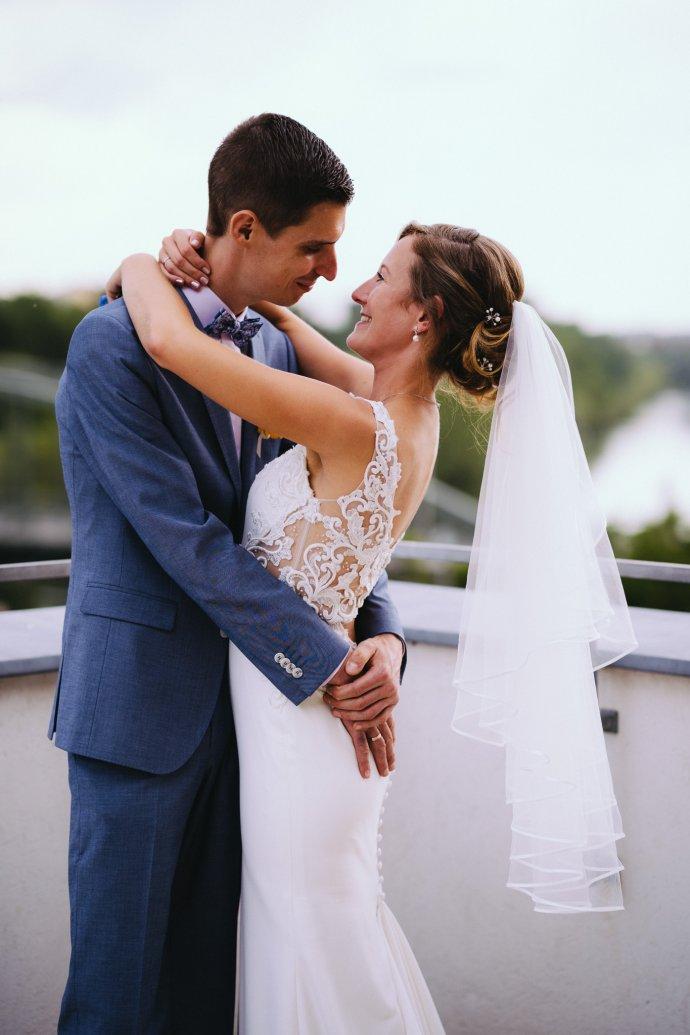 Braut fällt Bräutigam um den Hals