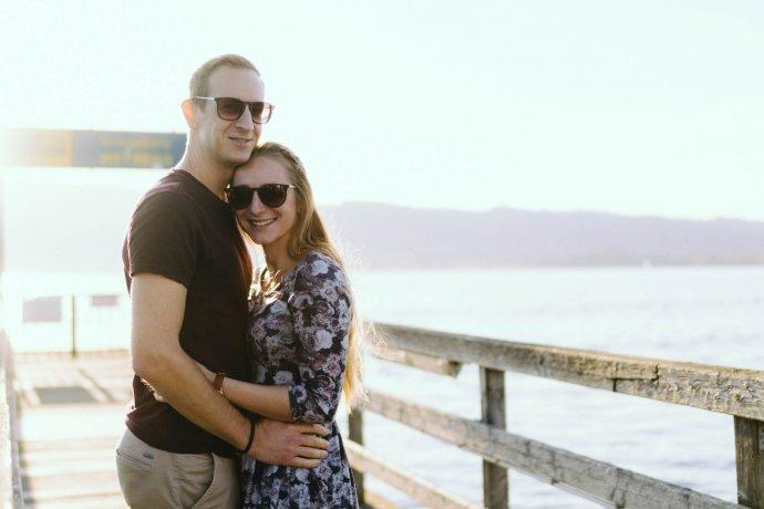 Paar auf Steg am Attersee